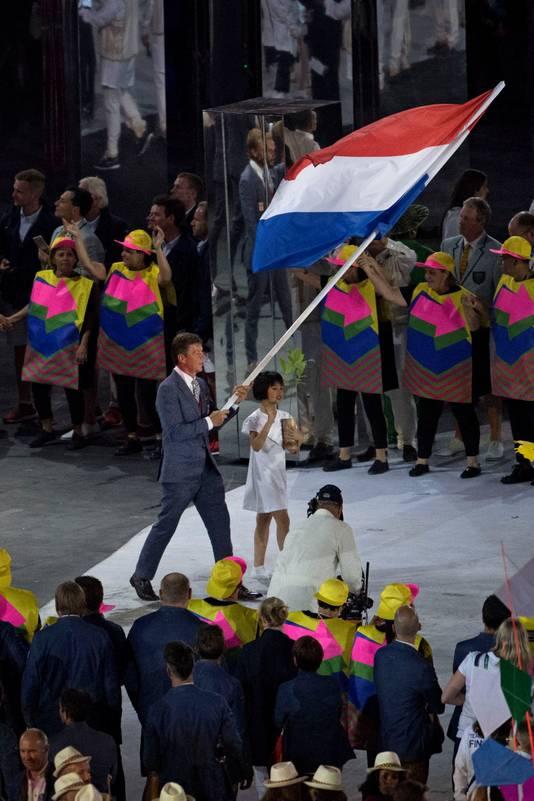 Jeroen Dubbeldam draagt de Nederlandse vlag tijdens de openingsceremonie van de Olympische Spelen van Rio (2016) in het Maracana stadion.