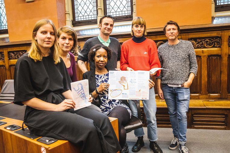 Stefaan en Natacha (centraal) en de sociale werkers die het project mee ondersteunen zijn fier op de eerste editie van Straatwijs.
