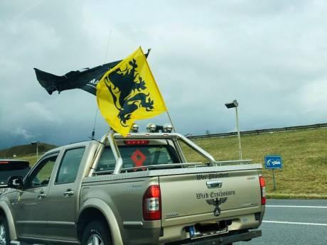 Un pick-up arborant des symboles nazis dans le cortège du Vlaams Belang