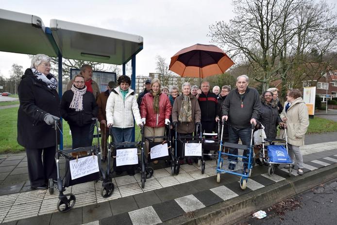 Ouderen wachten in Arnhem bij de bushalte tevergeefs op de opgeheven buslijn 18.