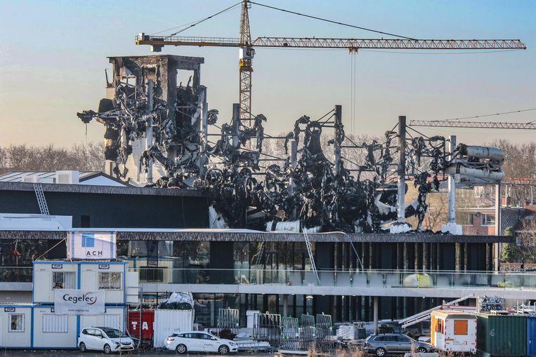 Een hallucinant beeld van de schade aan het torengebouw, met de resten van het indrukwekkend glijbanencomplex.