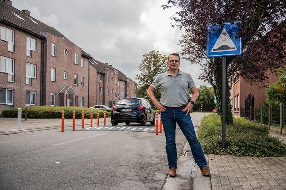 Burgemeester Hans Knop aan de proefopstelling in de Driesstraat.