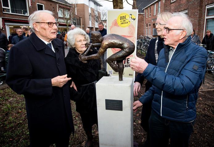 Jan Janssen (links) en Joop Zoetemelk bij de onthulling van het standbeeld. De wielervrienden zijn naar elkaar toegegroeid.