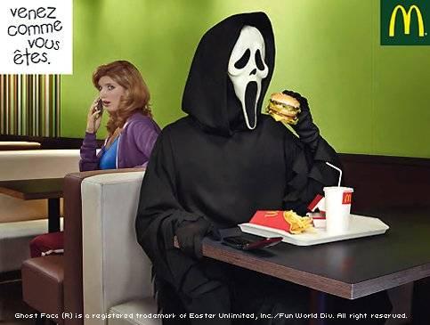 """Une des autres affiches de la campagne, où le tueur du film d'horreur """"Scream"""" est lui aussi accueilli """"comme il est"""" -un tueur en série, donc- n'a par contre pas soulevé la même indignation..."""