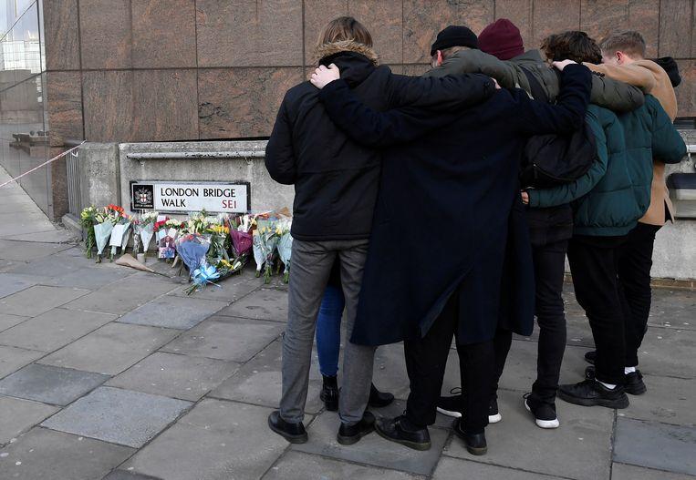 Bij de opvang van de London Bridge treuren mensen om de slachtoffers van de 28-jarige Khan.  Beeld REUTERS