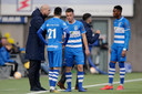 """Jaap Stam instrueert zijn PEC Zwolle-spelers. ,,Jaap denkt op een heel hoog niveau. Dat doen er meer, maar hij kan dat duidelijk overbrengen"""", weet voormalig Reading-speler Roy Beerens."""