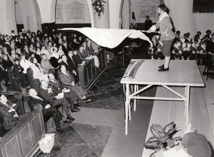 In hetzelfde jaar als grote buurstad Helmond vierde Aarle-Rixtel in 1979 zijn 800-jarig bestaan. Hier brengt een vendelier tijdens een eucharistieviering ter gelegenheid van het eeuwfeest een vendelgroet. Links kijkt onder anderen (met ambtsketen) burgemeester Buys toe.