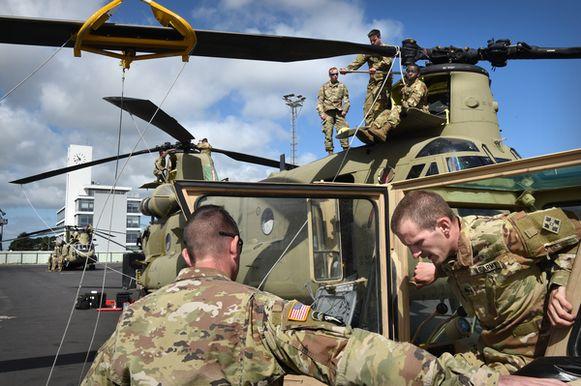 Een Amerikaanse Black Hawk-helikopter wordt gedemonteerd bij een grote verplaatsing van materieel in de haven van Rotterdam.