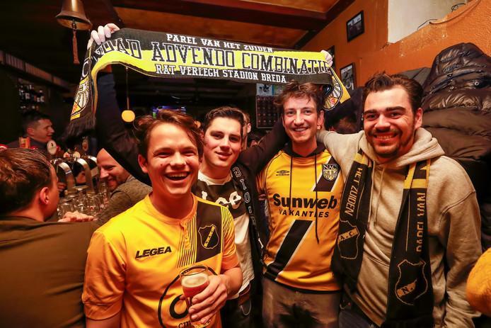 NAC-fans, op dat moment nog in opperbeste stemming, in café Het Bruine Paard te Amsterdam.