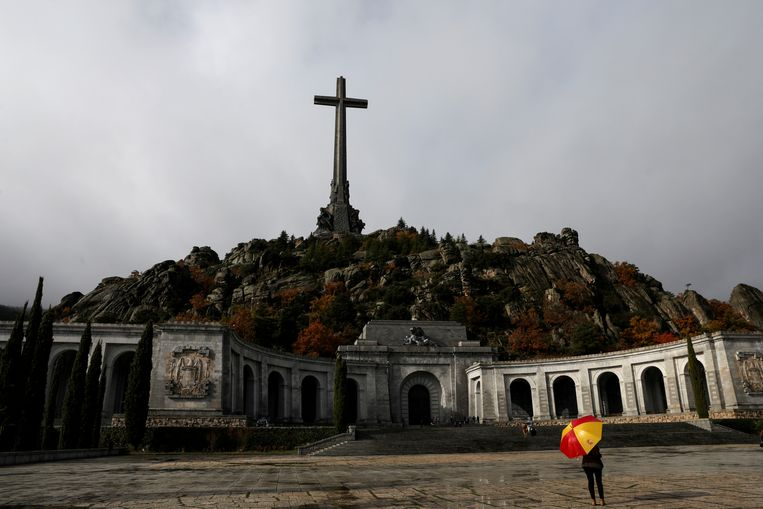 Franco ligt nu nog begraven in het mausoleum in Valle de los Caidos, 66 kilometer ten westen van Madrid.