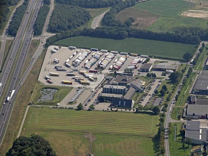 Het terrein van Nobis in Asten. Boven de geparkeerde vrachtauto's is het perceel van Van der Loo te zien.