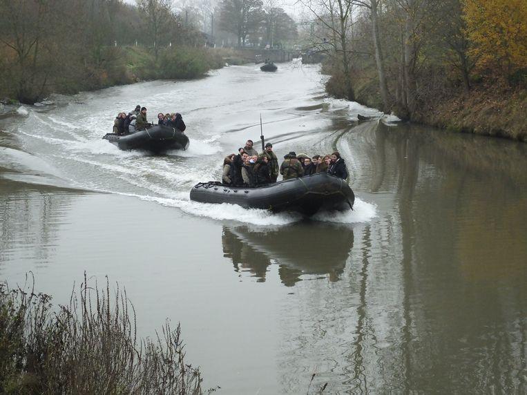 De ganse dag werden er leerlingen vanuit het overstromingsgebied in Astene via de Leie naar het centrum van Deinze geëvacueerd.