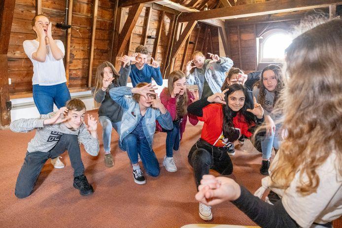 Repetitie in het Zeeuws Archief van de Jeugdtheaterschool voor de voorstelling 'Grijs Gebied'.
