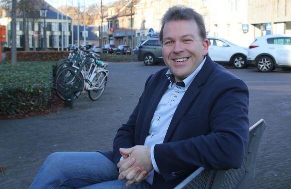 Burgemeester Lieven Janssens op een bankje in het centrum van Vorselaar op een archieffoto, lang voor de mondmaskerplicht ingevoerd werd.
