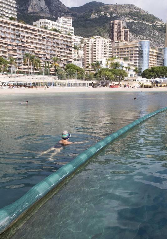Netten moeten badgasten tegen de kwalleninvasie beschermen, zoals hier in Monaco