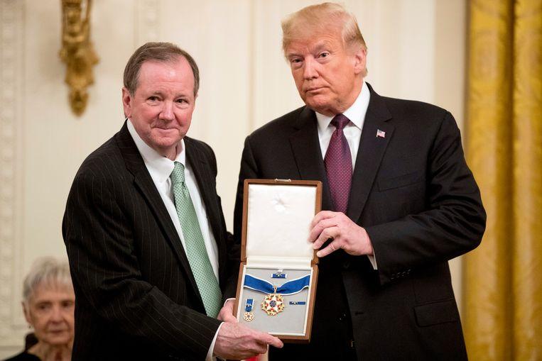 Jack Soden, voorzitter en CEO van Elvis Presley Enterprises, nam de medaille voor Elvis in ontvangst.