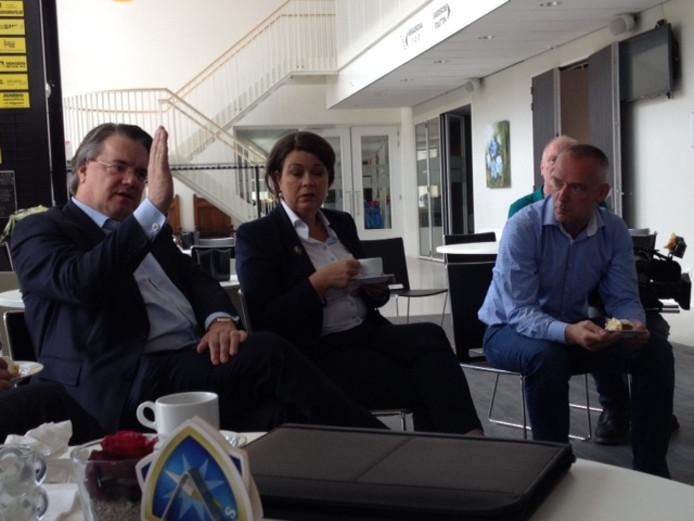 Commissaris van de Koning Wim van de Donk (links), burgemeester Arinda Callewaert (midden) en raadslid Henk Sengers zaterdag in D'n Eijkholt in Luyksgestel.