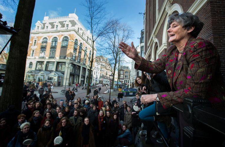 Louise Gunning-Schepers, toenmalig voorzitter van het College van Bestuur van de UvA spreekt boze studenten toe voor de ingang van het Maagdenhuis aan het Spui. Beeld null