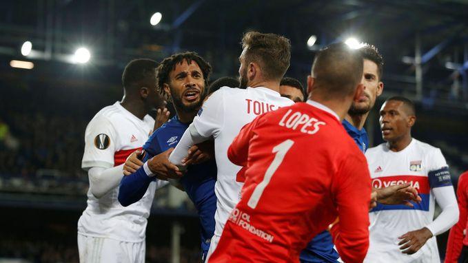 Vreselijke duwfout en knokpartij mét fans: Williams ontsnapt onbegrijpelijk aan rood (en maakt twee minuten later de gelijkmaker)