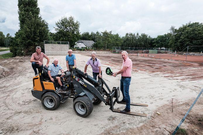 Een aantal vrijwilligers en voorzitter Eric Jansen van tennisvereniging Didam p[de plek waar de padelbanen worden  aangelegd.