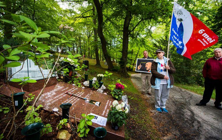 Aanhangers van Pim Fortuyn bij het gedenkgraf van de voormalig politicus op begraafplaats Driehuis. De moordenaar van Fortuyn, Volkert van der G., is onlangs onder voorwaarden vrijgelaten. Beeld ANP