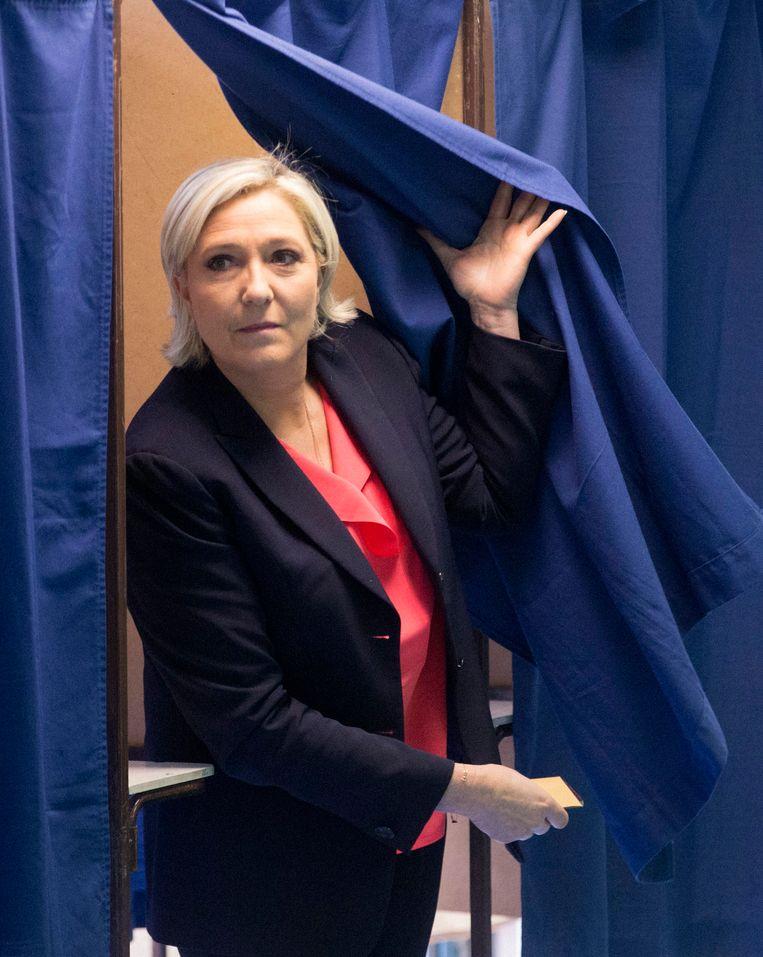 Presidentskandidaat Marine Le Pen komt uit het stemhokje.