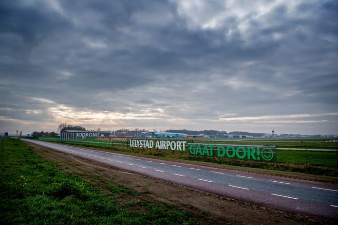 Lelystad Airport kan in 2020 open, als het aan de minister ligt, met maximaal 10.000 vliegbewegingen.