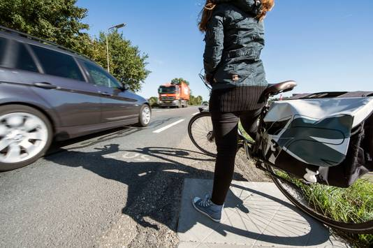Als je als fietser de Zanddijk over wil steken, rijden de auto's rakelings langs je heen. De provincie wil daarom een 'wachtplateau' aanleggen.