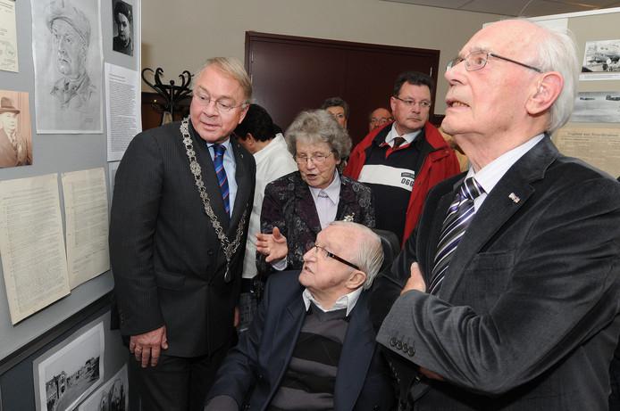 Tien jaar geleden werd de bevrijding ook herdacht. Op de foto burgemeester Michel Marijnen met oud-verzetsstrijders op een expositie in café De Veestallen.