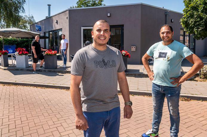 De cafetaria in de Bloemenwijk heet voortaan 't Bloemetje. Inanc Metin (achtergrond links) en Arthur Grigorian (achtergrond rechts) runnen de cafetaria. Adil Kanoun (midden) en Rachid Kanoun (rechts) runnen het nieuwe partycentrum Bloemenwijk Veghel.