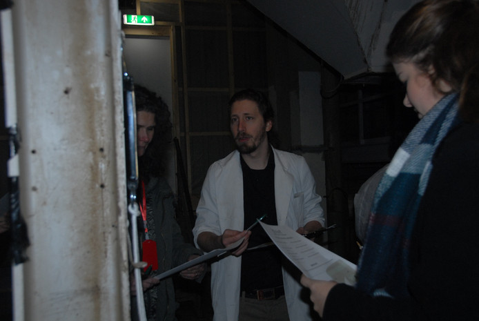 Herhaaldelijk lieten zogenaamde wetenschappers in witte jassen zich zien in het fabrieksgebouw.