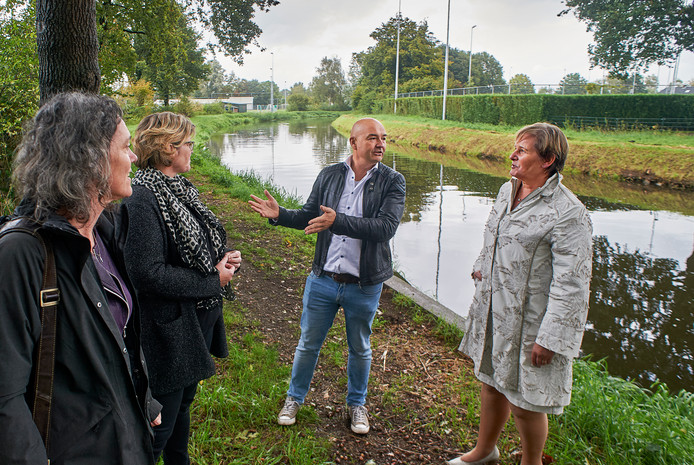 De Aa ligt in Erp ingeklemd tussen sportvelden. Vlnr: Femke Vergeest, Maartje Thijssen, René Beks en Coby van de Pas