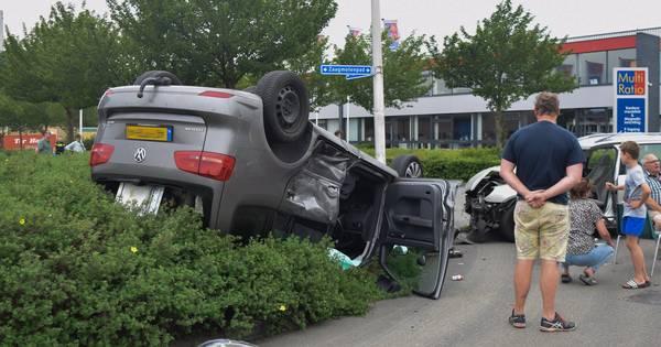 Twee bestuurders gewond: auto ondersteboven in struiken na aanrijding.