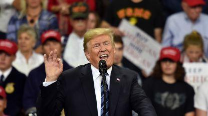 Trump struikelt tweemaal over het woord 'anonymous' en ziet hint voor vrouw als mol