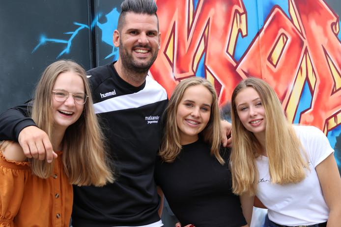 Jongerenwerker Robin de Zwart met initiatiefneemsters Lisette, Linda en Nikita (van links naar rechts).