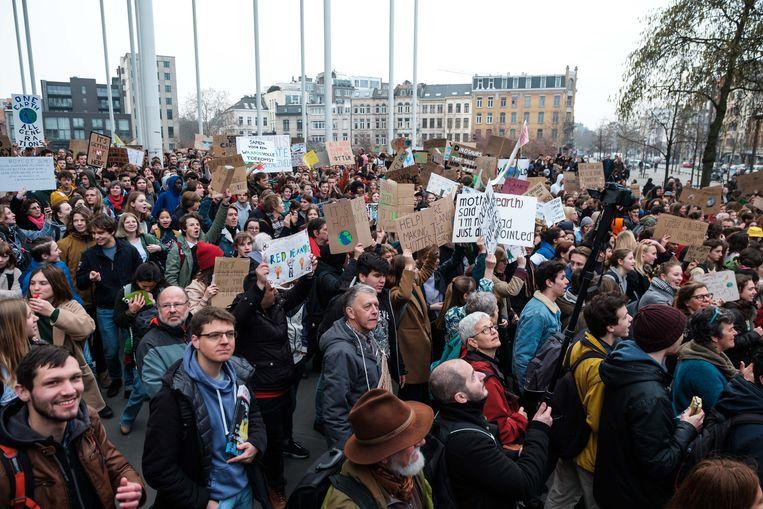 Voor de eerste keer trekken de spijbelende studenten in een nieuwe klimaatmars door het centrum van Antwerpen.