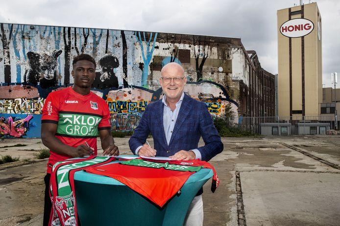 Kevin Bukusu en NEC-directeur Wilco van Schaik tekenden gisteren op een typische Nijmeegse locatie (het oude bedrijfsterrein van de Honig) de contracten.