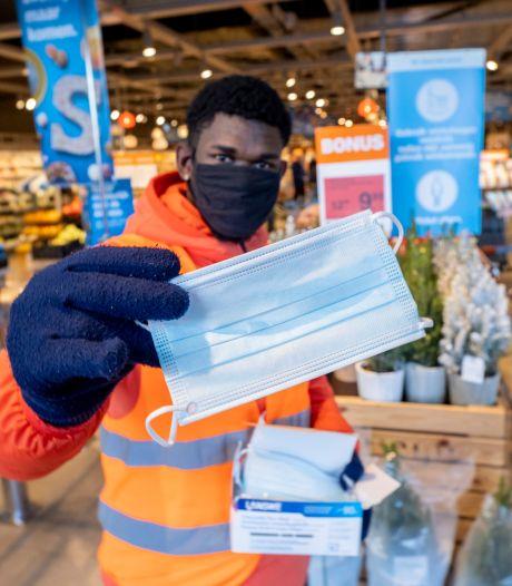 Klant zet zonder mopperen mondkapje op in supermarkt