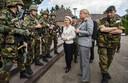 Het Nederlandse leger werkt al goed samen met het Duitse, ziet minister van Defensie Hennis (r).