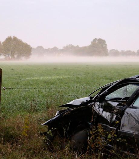 Auto knalt tegen boom in Reutum, bestuurder gewond naar ziekenhuis