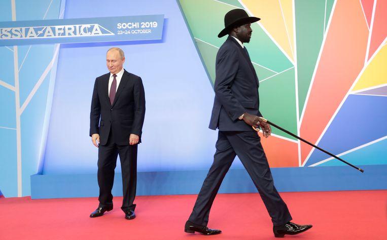 Poetin verwelkomt de Zuid-Soedanese president Salva Kiir Mayardit in Sotsji. Beeld Reuters