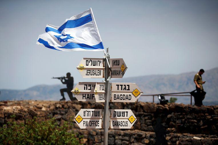 De Israëlische vlag wappert op de berg Bental, op de Golanhoogte. Beeld REUTERS