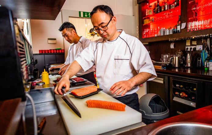 Gouham (links) en Feng beginnen aan de voorbereidingen bij Kichi.