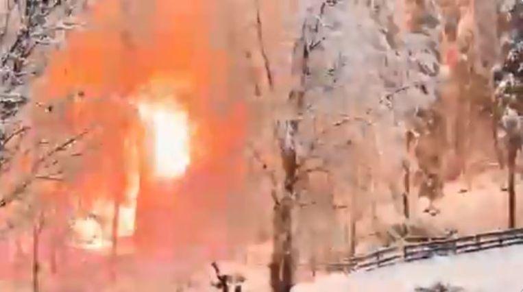 Het bos vonkt wanneer een beschadigde bovenleiding in brand vliegt.