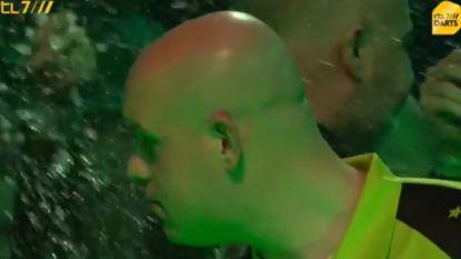"""Tumult op WK darts: nummer één Van Gerwen krijgt bierdouche bij opkomst: """"Dit is schandalig"""""""
