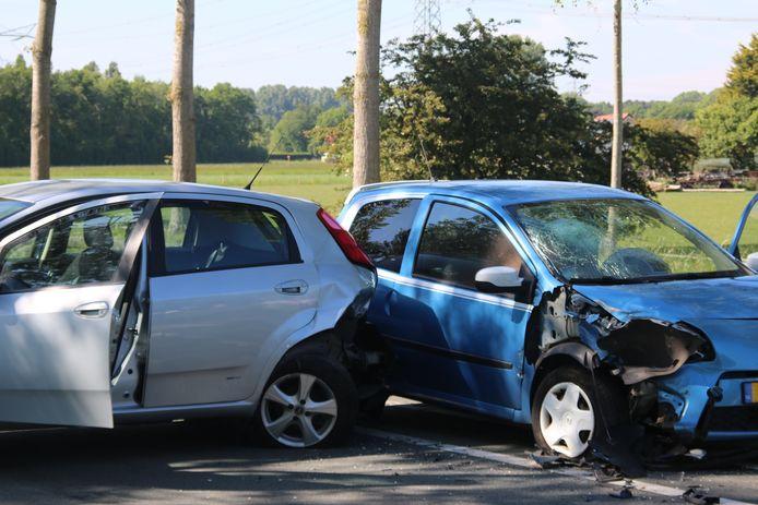 De auto's hebben aanzienlijke schade na de kop-staartbotsing.