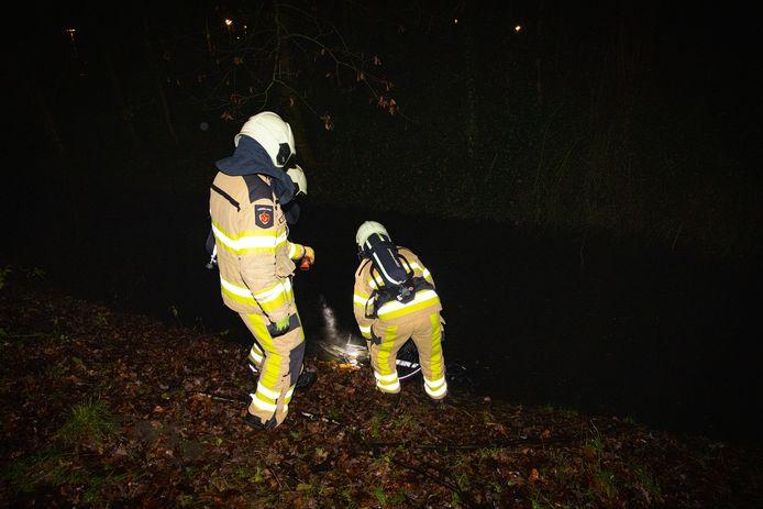 De brandweer liet de gebluste fiets achter in de sloot om te voorkomen dat de accu alsnog vlam zou kunnen vatten.