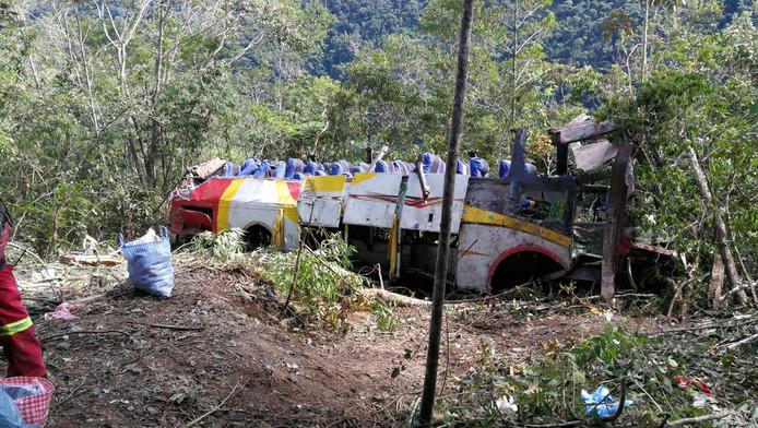 In Bolivia is ten noorden van La Paz een bus een ravijn ingereden en 200 meter naar beneden gestort. Zeker 25 mensen kwamen om het leven.