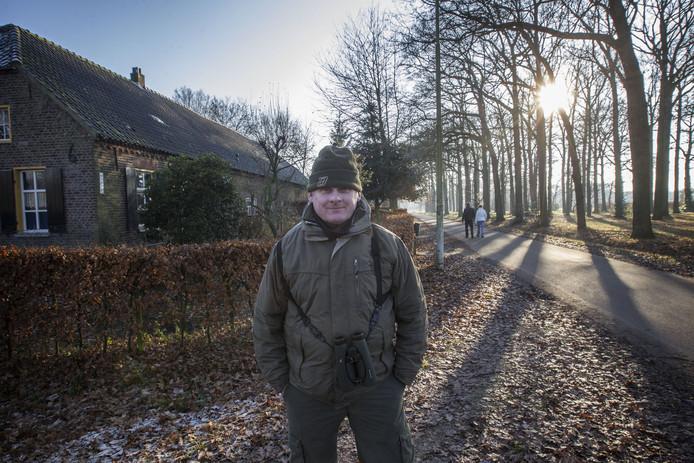 Stadsvogeladviseur Fred de Blom in Riel, waar de huismus en de bedreigde ringmus nog samen optrekken.