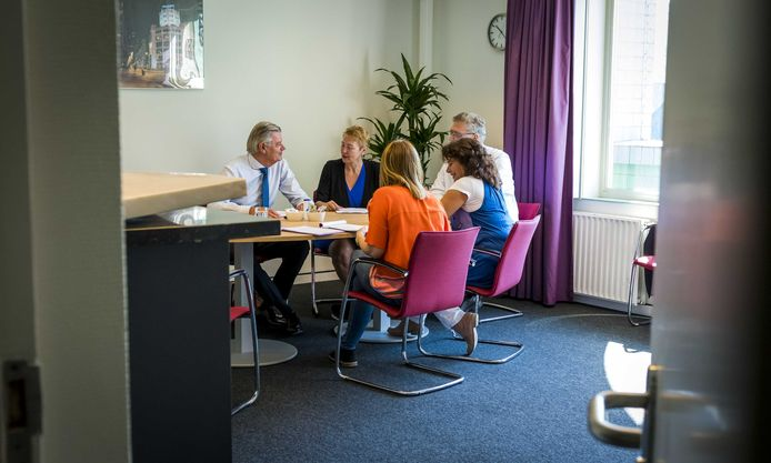 De fractie van 50Plus vorige week in vergadering nadat zeven van de acht bestuursleden maandagavond 14 mei opstapten. Van links naar recht Martin van Rooijen, Corrie van Brenk, Kenk Krol en Leonie Sazias.